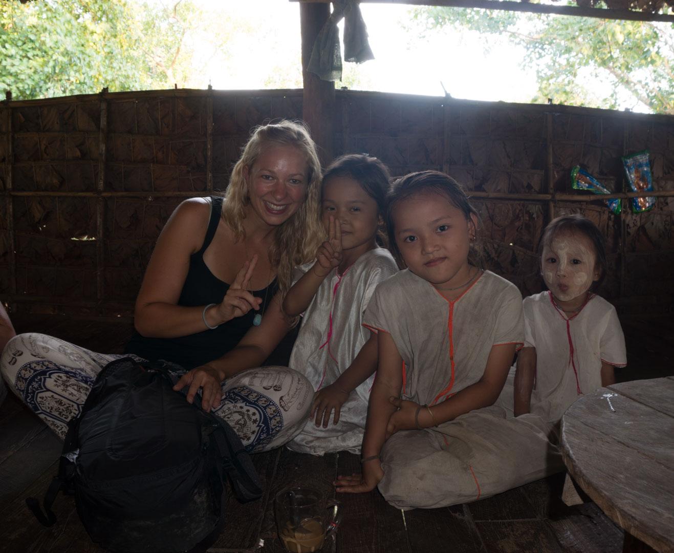 Kayin Dorf Myanmar Hpa-An weiß gekleidet