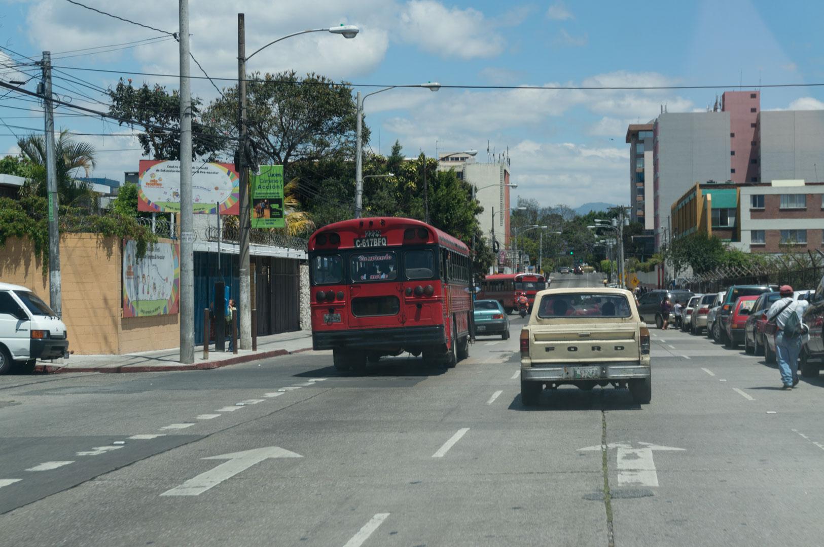 Die Amerikaner haben ihre alten stinkenden Schulbusse an Guatemala weiter gegeben. Sehr nett, oder?